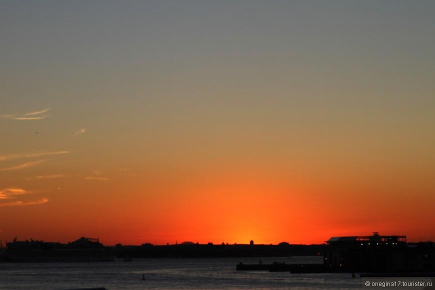 Нам повезло с погодой. Каждый вечер небо дарило яркие и неторопливые закаты, окрашивающие все вокруг в мягкие оттенки уходящего солнца.