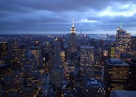Самое завораживающее занятие - смотреть, как зажигает свои огни Нью-Йорк.