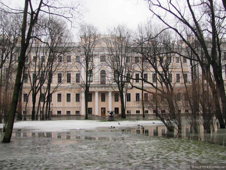 Аничков дворец со стороны парка
