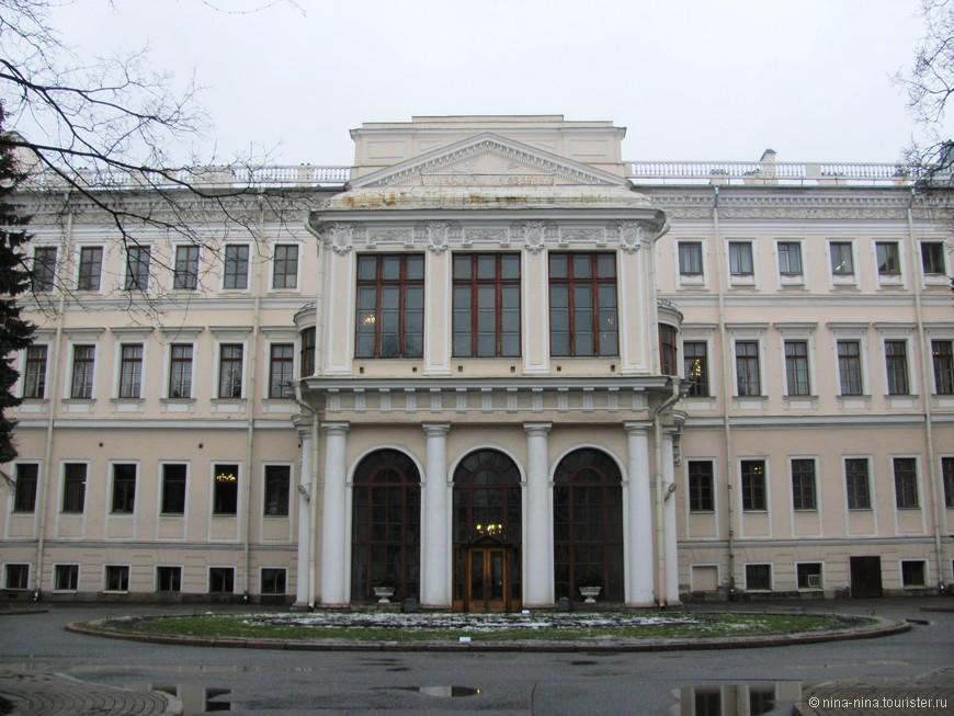1. Аничков дворец (Невский пр., д. 39)