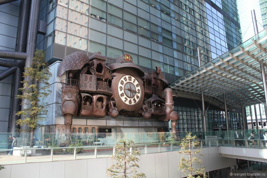 Эти необычные часы расположены у отеля Royal Park Shiodome Tower. Несколько раз в день вместо боя все механизмы приходят в движение - даже пушки стреляют.