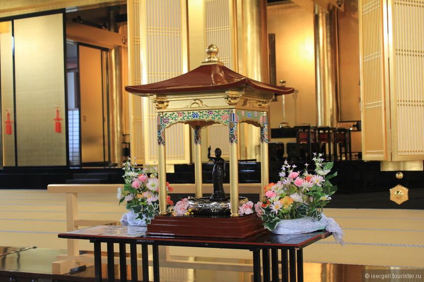 В этот день был какой-то праздник посвященный Будде. И меня служитель храма приобщил к этому празднику - попросил полить статую Будды водой, что я и сделал.