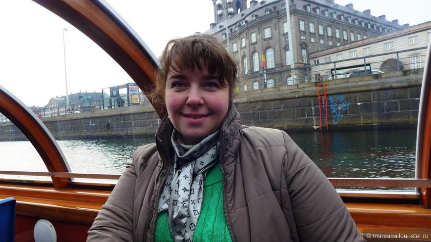 Итак - отправляемся. На кораблике есть гид, который говорит на всех языках кроме русского. Датский, английский, немецкий, испанский, итальянский и даже китайский.