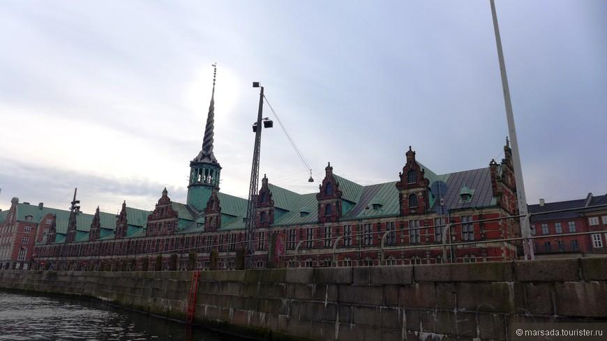Здание биржи было построено в середине XVII века, и как понятно из названия - там была биржевая торговля.