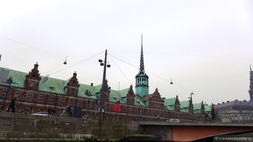 Изначально крыша биржи была свинцовой, но в 19 веке ее переплавили на снаряды для пушек и сделали легкую медную крышу.