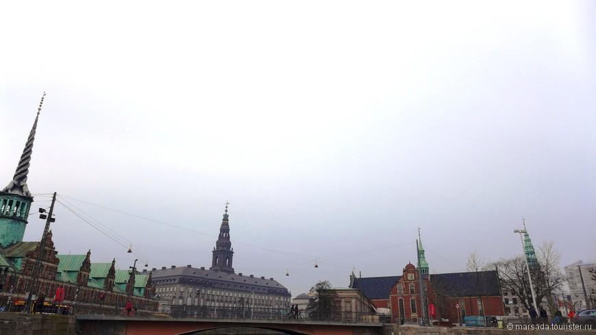 Есои идти слева направо - биржа (шпиль с драконами), дворец Кристианборг (шпиль с короной) и флотская церковь. Кстати, флотскую церковь удивительным образом не затронул ни один пожар! Внутри Хольменскирхе богато украшена, под потолком висит макет корабля, которым командовал Нильс Джуэл, а дубовая с позолотой кафедра священника является самой старой в Копенгагене.