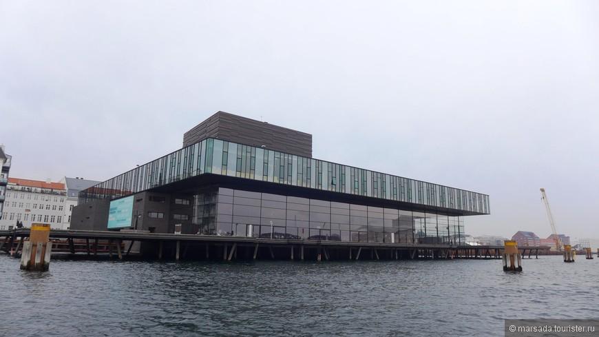 Итак, датский королевский театр. Вернее не совсем театр, а типа мьюзик-холла. Там проходят концерты и есть очень неплохой ресторан.