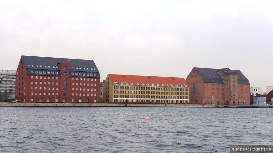 Проезжаем разные здания - и музейные, и административные. Всё очень строго и лаконично.