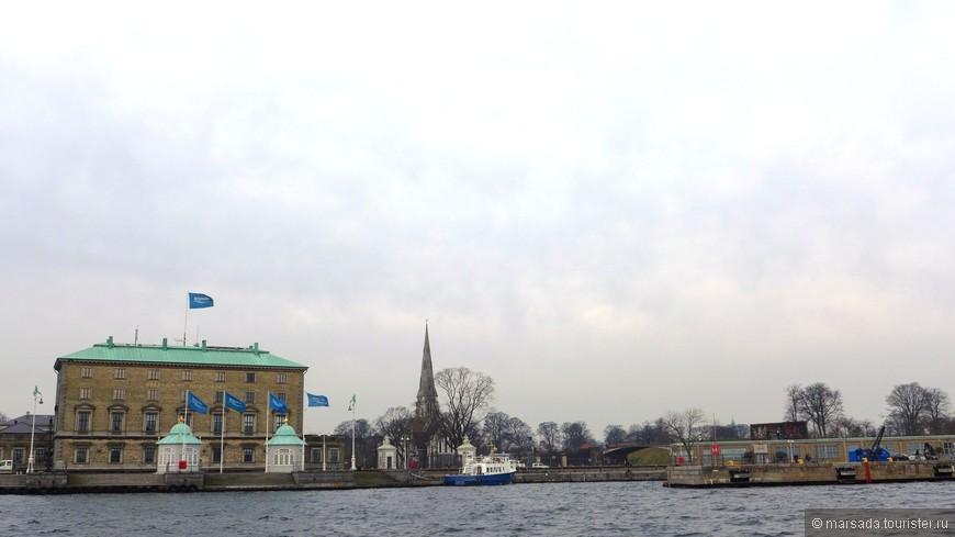На заднем фоне виднеется шпиль англиканской церкви. Не повезло с погодой в этот день определенно....