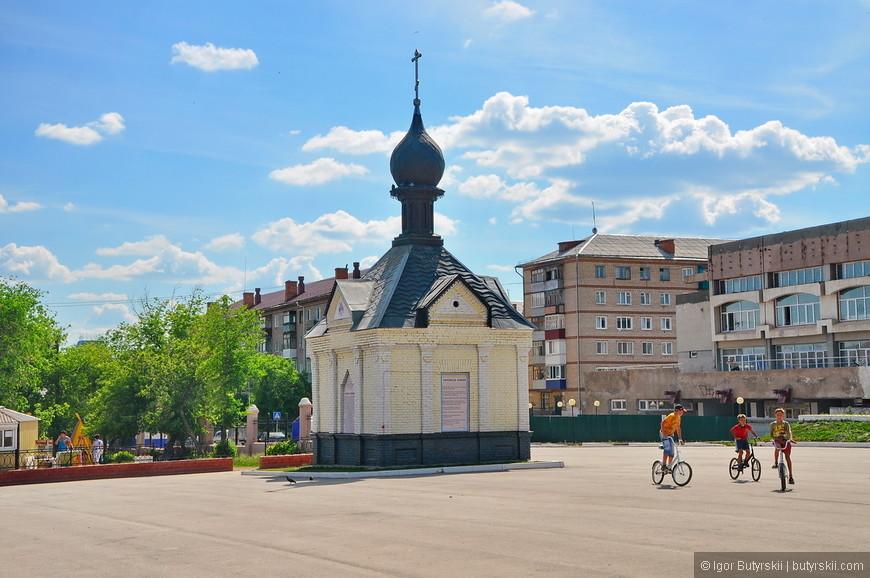 08. Часовня на центральной площади города. Сзади виднеются советские дома, их тут мало, застройка преимущественно малоэтажная.