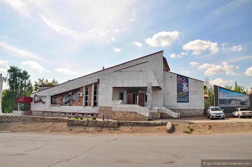24. А вот отличный пример советской архитектуры: бессмысленной и беспощадной.