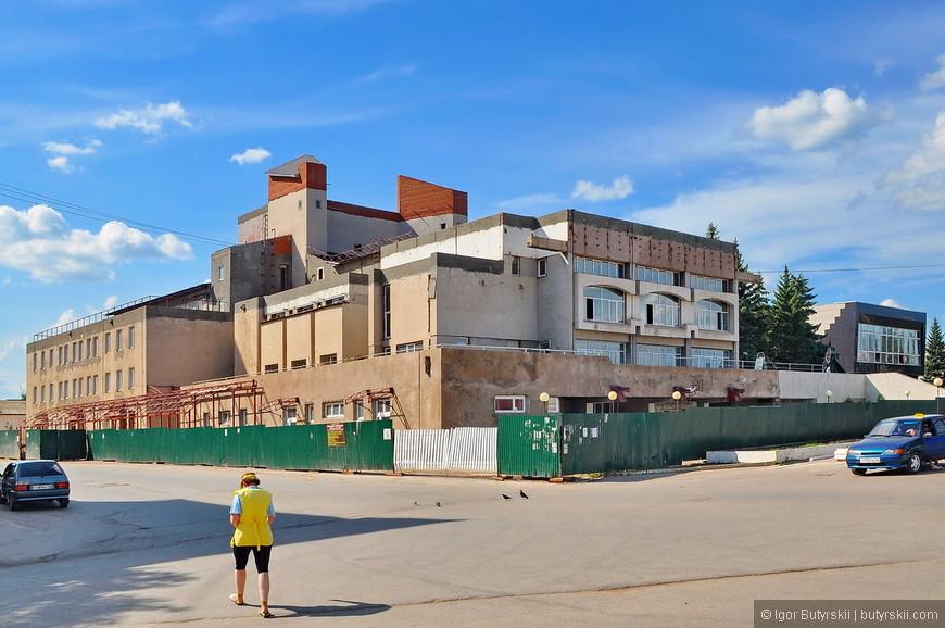 32. Не думаю, что у этого здания был архитектор, просто скидали строительные материалы в кучу и все.