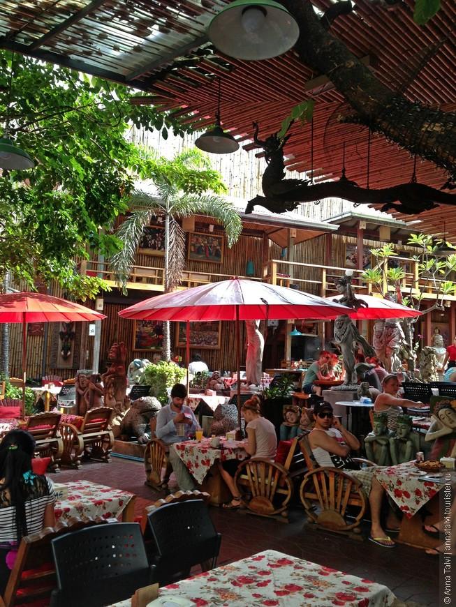 Остановились на улице Рамбутри (Rambuttri) где сохранилась атмосфера первозданного Бангкока, напоминающий московский старый Арбат, где с первых минут окунаешься в атмосферу контрастного города.
