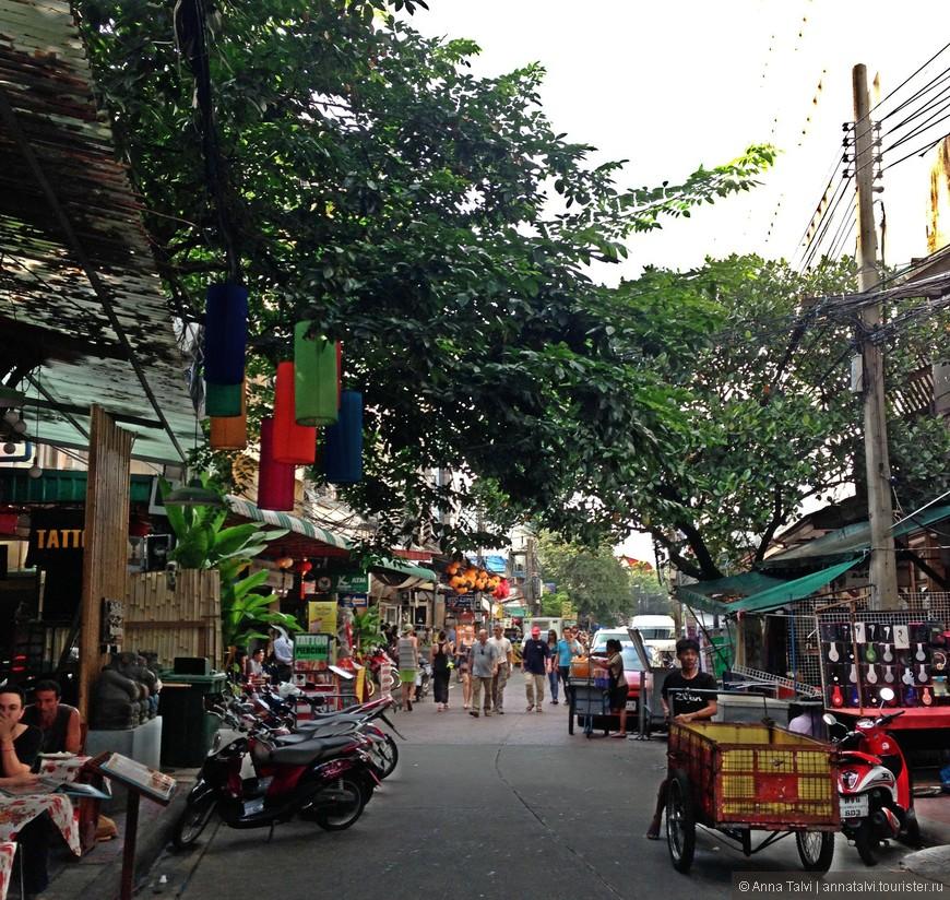 Это улица недорогих уютных отелей, кафе, где туристы и местные жители отправляются по своим делам.