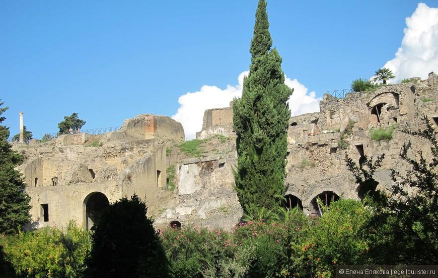 Городская стена Помпей. Помпе́и (лат. Pompeji, итал. Pompei, неап. Pompei) — древнеримский город недалеко от Неаполя, в регионе Кампания, погребённый под слоем вулканического пепла в результате извержения Везувия 24 августа 79 года. При паскопках под многометровой толщей пепла были найдены улицы, дома с полной обстановкой, останки людей и животных, которые не успели спастись. Сейчас — музей под открытым небом,  внесён в Список Всемирного наследия ЮНЕСКО.