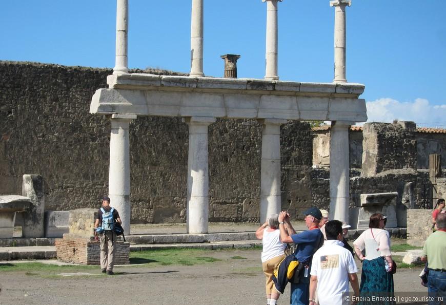 Форум в Помпеях  являлся центром политической, экономической и религиозной жизни города. Его основу составляла площадь размером 38 на 157 м, которая была способна вместить всё население города.