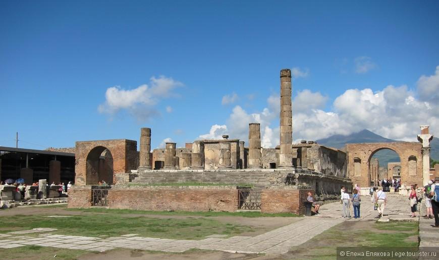 Храм Юпитера с двумя триумфальными арками - главный храм Помпей, в подвалах которого находилась сокровищница.