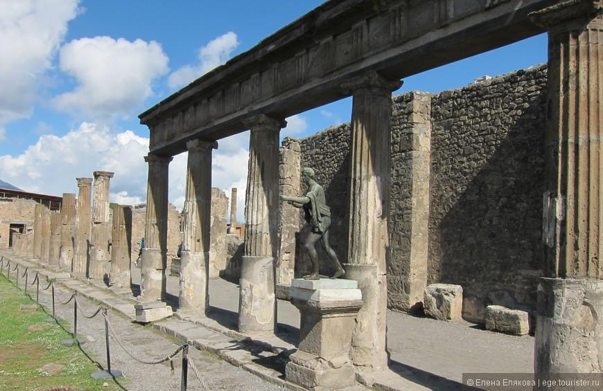 Копия бронзовой статуи Аполлона в храме Аполлона