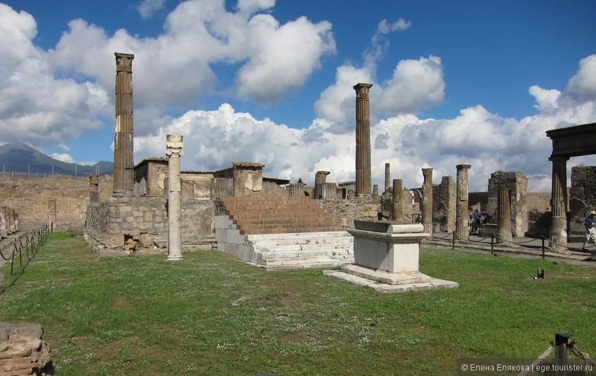 Храм Аполлона. Храм окружён 28 коринфскими колоннами, 2 из них полностью сохранились. Пе Перед лестницей — алтарь. Сохранились также бронзовая статуя Аполлона и бюст Дианы (оригиналы в музее Неаполя, в Помпеях копии).