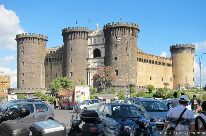 """Замок (крепость) Кастель-Нуово (Castel Nuovo), в переводе — «новый замок», расположен на взморье в Неаполе .  Его второе название Maschio Angioino в буквальном переводе означает «Анжуйский Муж». Замок был построен Карлом Анжуйским (1279 - 1282 гг.)  как резиденция для своих новых владений - Неаполитанского королевства.  В наше время вплоть до 2006 года в замке Кастель-Нуово проходили заседания муниципального совета Неаполя. Теперь там расположился Муниципальный музей. В этой крепости снимался фильм по роману А. Дюма """"Граф Монте-Кристо""""."""