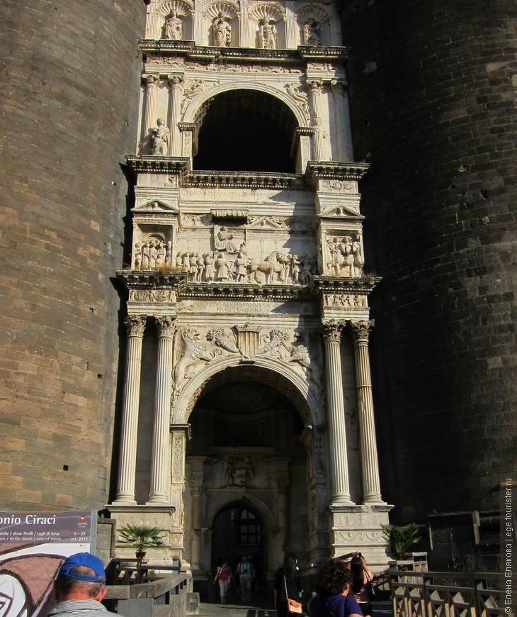 Триумфальная арка Альфонса V (15 век) - вход в Замок  Кастель-Нуово