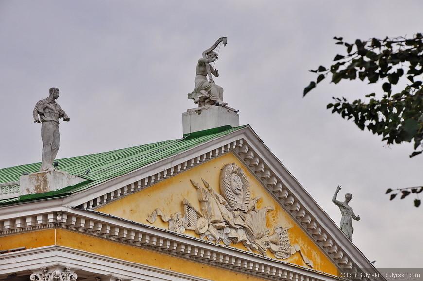 04. Прекрасный барельеф и статуи на здании театра.