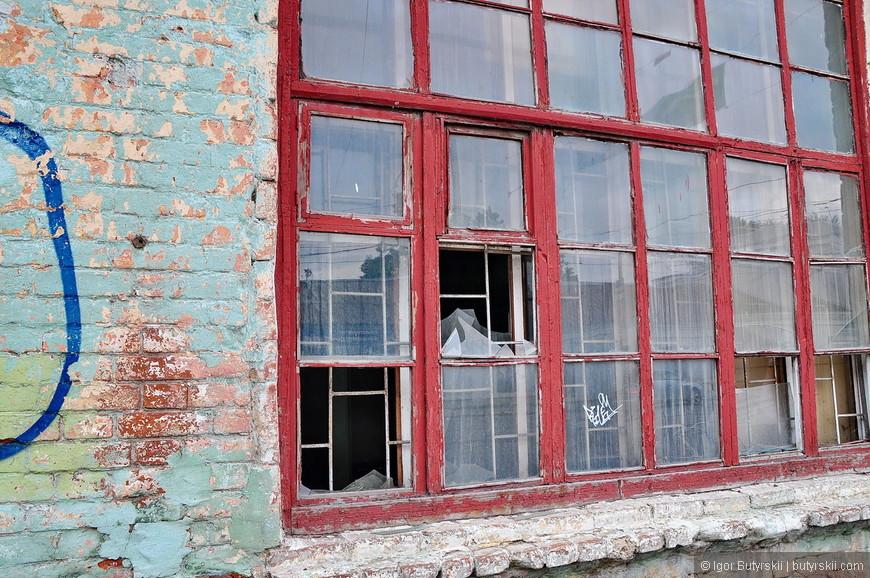 07. Это самый центр города, даже окна не заколочены, просто битые стекла.