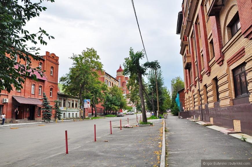 13. В Челябинске много тихих улочек в центре, таких, деревенских.