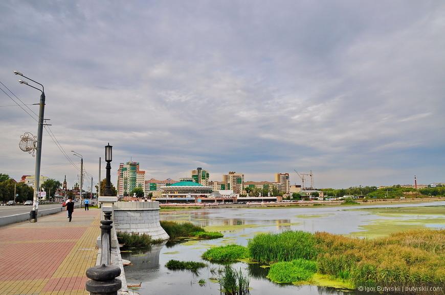 24. Дальше – хуже. Набережная реки Миасс. Сама река – просто ручей, но в городе ее разлили плотиной, только забыли, что надо ее убирать.