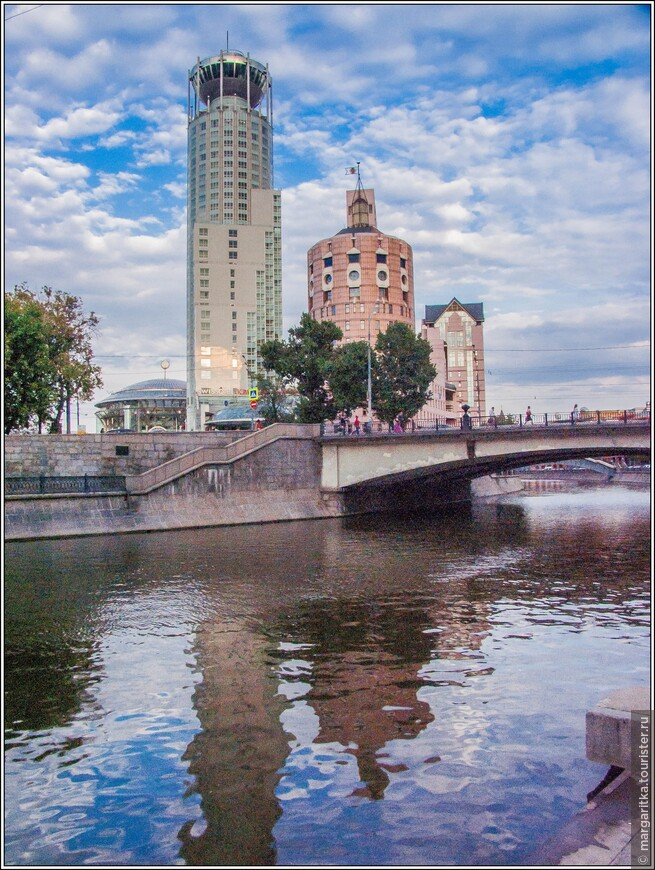"""""""Риверсайд Тауэрс"""" расположен в одном из самых живописных и удобных мест Москвы – на «стрелке» Кремлевского острова между Москвой-рекой и Водоотводным каналом. Комплекс представляет собой городок, построенный в традициях русских монастырей с разнообразными объемами зданий, размещенных в виде пятиугольника."""