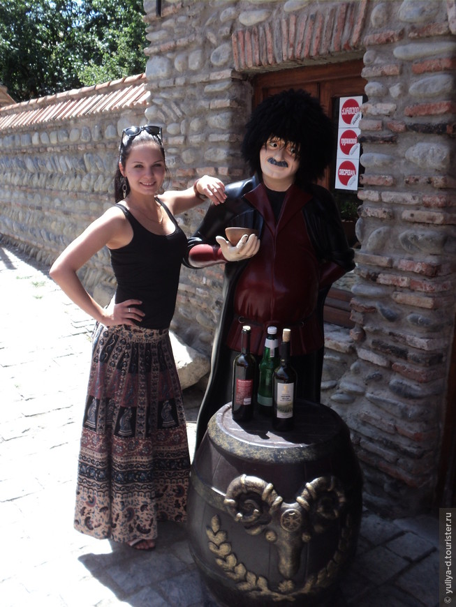 Улочками Мцхеты. Возле винного магазина
