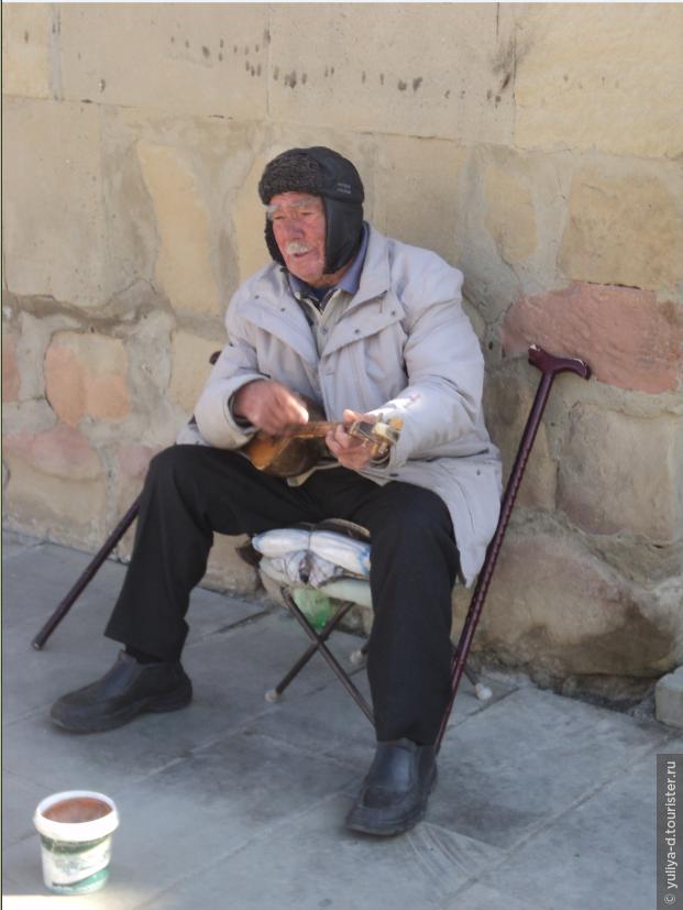 Этот человек уже более 30 лет играет на чонгури у входа во Светицховели