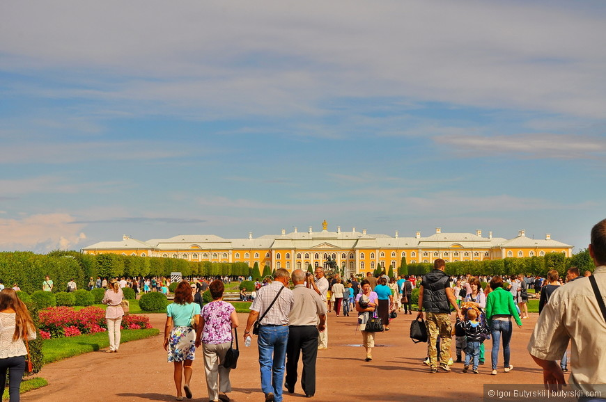 01. Повоевав полчаса с парковщиками, я пошел в сторону дворца. Дело было летом, народу было много.