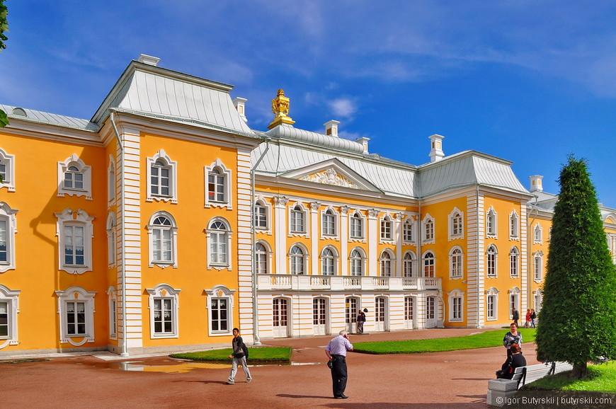 09. Дворец с внешней стороны не шокирует роскошью и величием, да и туристов не так много.