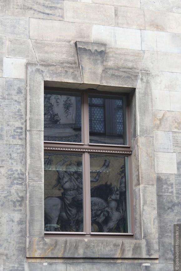 Отражение панно в доме напротив.