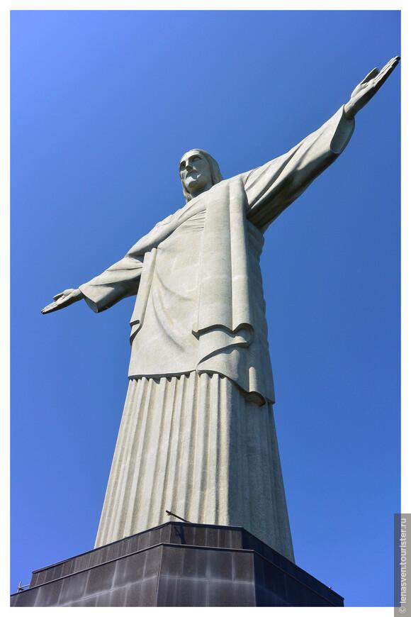 Статуя Христа Спасителя была торжественно открыта в 1931-м году на горе Корковадо. К 100-летию независимости Бразилии. Работа же над статуей была начата в 1922-м, в Париже, и работы начали с головы статуи и рук. Француз П. Ландовски выполнил эту работу.  Надо сказать, только голова статуи весит  30 тонн. Сама статуя - 1.145 тонн. Размах рук статуи - около 30 метров.