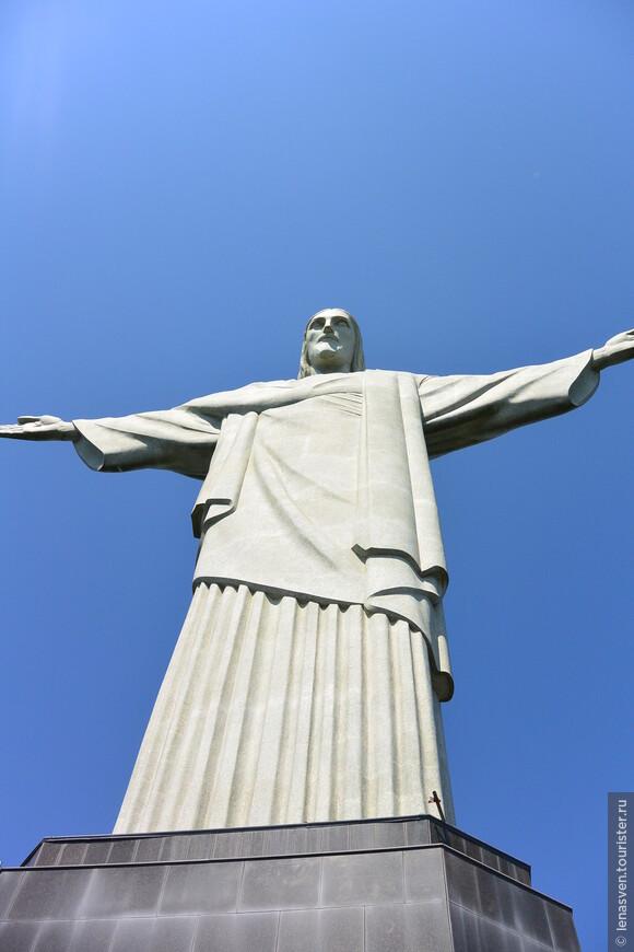 У этой статуи были и папы (Иоанн Павел 2-й, Пий 12-й), и знаменитые люди (А. Эйнштейн, н-р). Под статуей есть вход в капеллу. Там может разместиться 150 человек на католической службе. Многогранный цоколь, на котором стоит статуя, - высотой 8 м. Кстати, цемент, который использовался там, - шведский, привезенный из Швеции, чем шведы и гордятся.