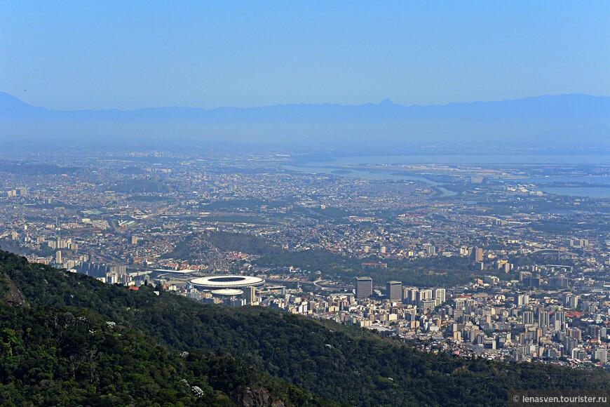 Здесь видим знаменитый круглый стадион Рио - Маракана. И лагуны, лагуны, лагуны кругом... Они очень украшают Рио.
