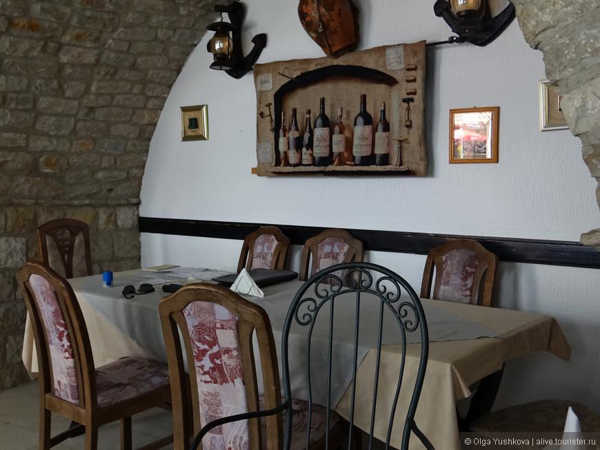 В эту кафешку недалеко от набережной мы случайно забрели во время обеда... Очень симпатично там всё оформлено... И хозяин оказался ну очень смешным... )))))
