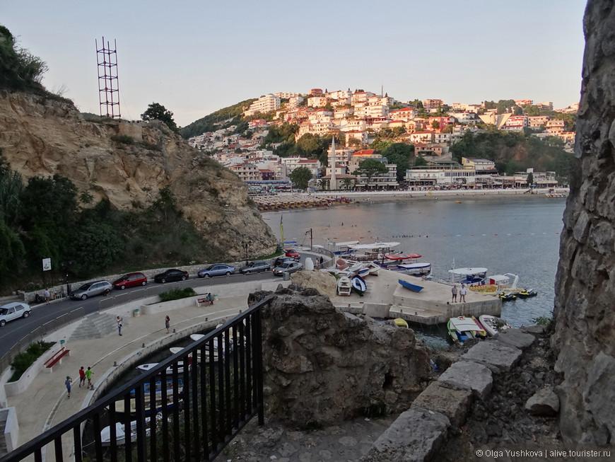 Вид на набережную с лестницы, ведущей в Старый город...