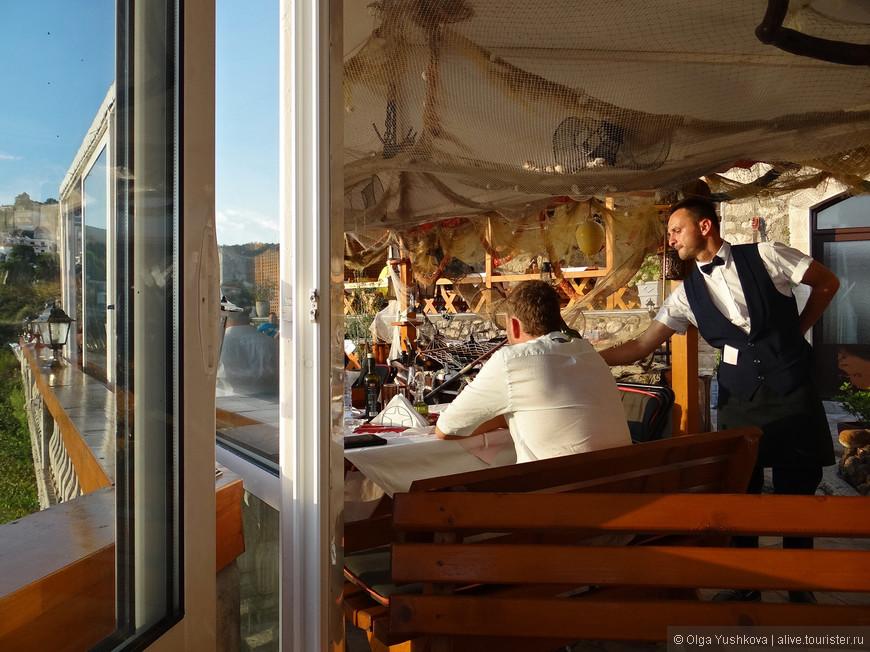 """В старом городе есть вот такие вот милые ресторанчики с """"видом на закат""""... Сами ресторанчики обычно - так себе, но вид из окна всё окупает... )))"""