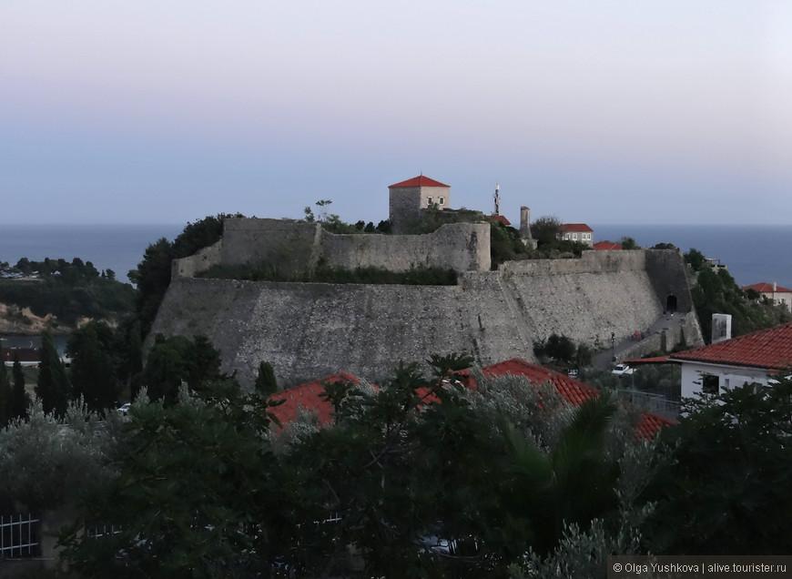 Вид на крепость Старого города вечером...