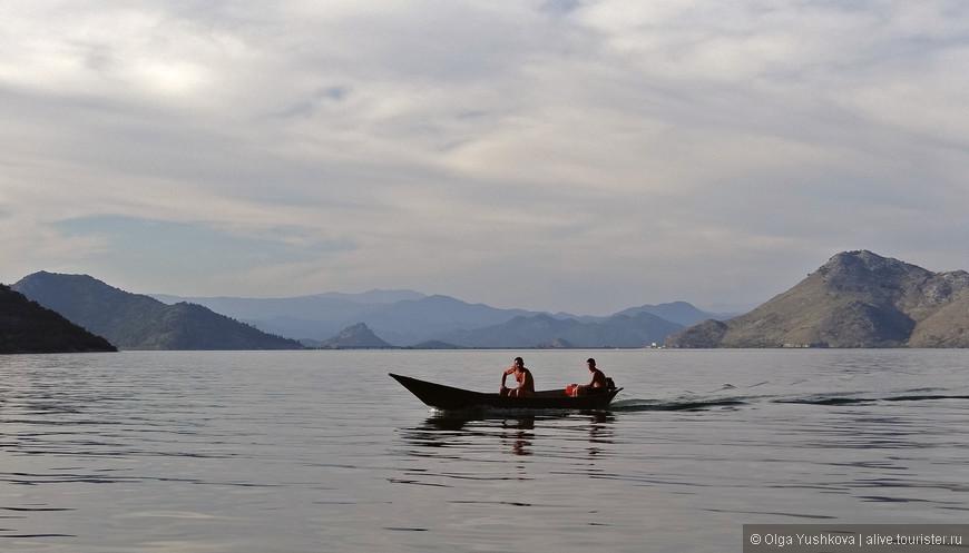 Мы приехали во второй половине, когда народу на озере уже было совсем немного, почти никого - хотя, может, нам просто так повезло, не знаю... )))