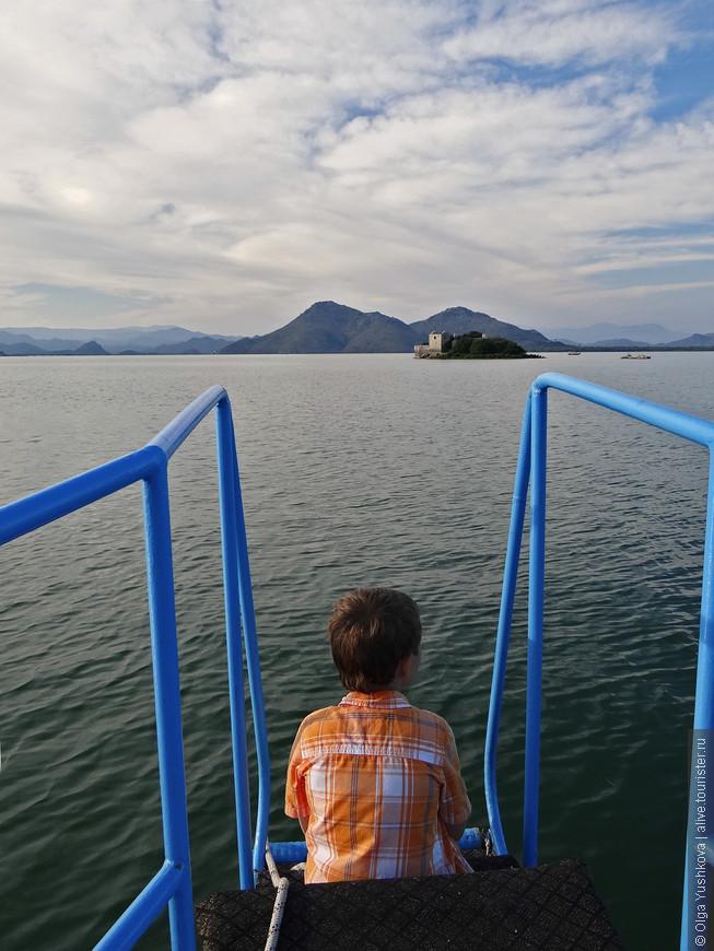 Вид с нашей лодки... Плывём в направлении турецкой крепости 19-го века, которая, правда, уже в 20-м веке была слегка подпорчена землетрясением...