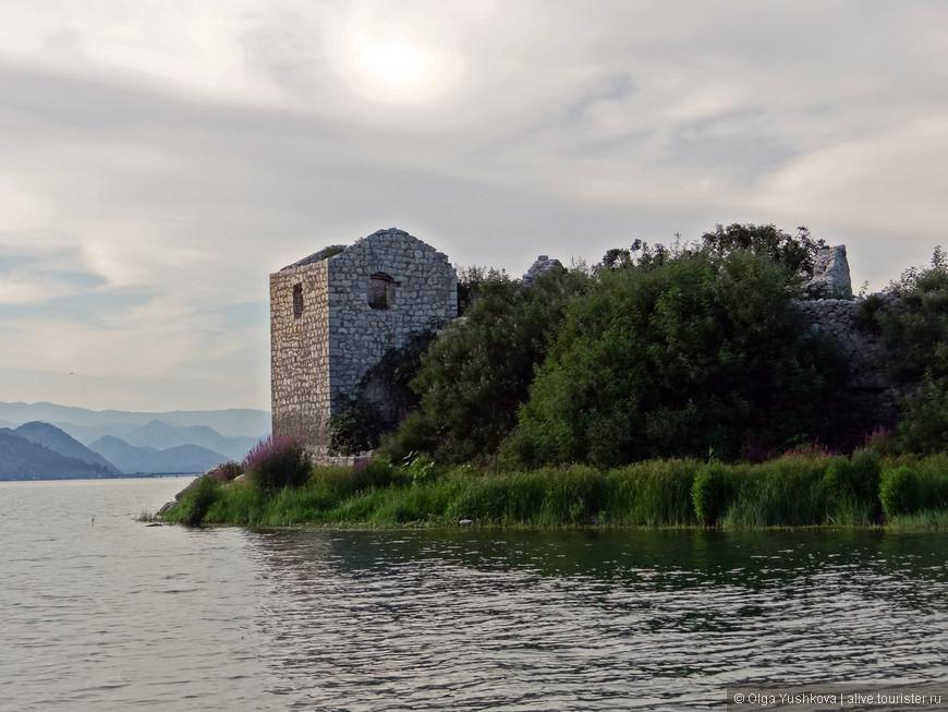 Крепость Грможур была построена турками в 1843 году после захвата соседних крепостей — что позволило им распространить свое влияние на значительную часть Скадарского озера. Крепость имеет площадь порядка 430 м² и окружена каменными стенами толщиной 50-120 см.