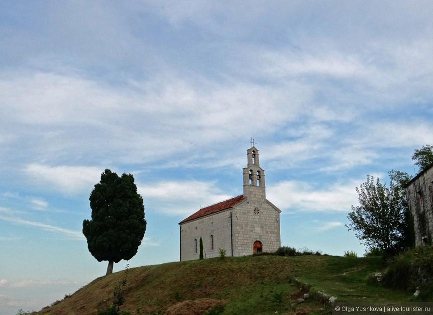 Вот так выглядит небольшая церквушка на холме, до которой идти минут пять-десять от берега...