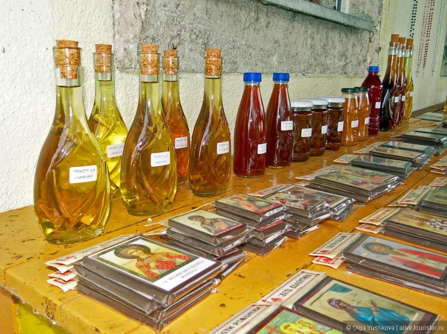 Местные монахи продают всякие настоечки, ликёрчики, сиропчики и ещё очень вкусное апельсиновое варенье - всё, в основном, собственного приготовления...