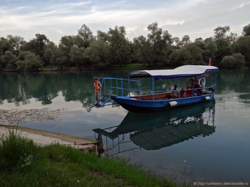 Это наша лодка, на которой мы три часа гуляли по озеру...