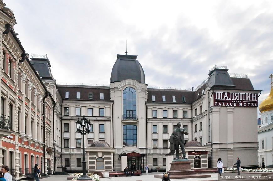 13. Гостиница «Шаляпин Palace Hotel» (бывшая «Совет») и памятник Шаляпину.