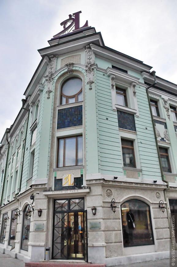 19. На улице находятся не только отели и рестораны также есть множество магазинов, а также ГУМ.
